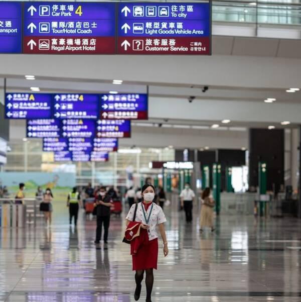 Formuleringen i den nya säkerhetslagen kan tolkas som att utländska medborgare som uttryckt kritik mot Kina kan gripas även vid transfer genom Hongkongs flygplats. Bild från Hongkongs flygplats tidigare i år.