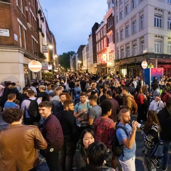I Londonstadsdelen Soho var det trångt utanför pubarna på lördagskvällen när folk firade att det tre månader långa pubstoppet nu är hävt.