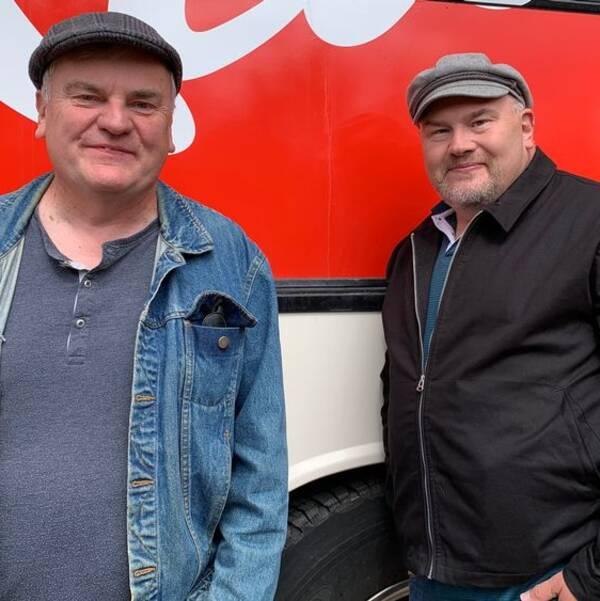 Trond Korsmoe och Peter Larsson från dansbandet Larz-Kristerz framför turnébussen