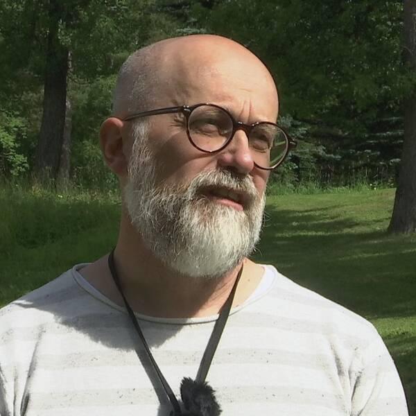 Halvt skallig man med grått skägg