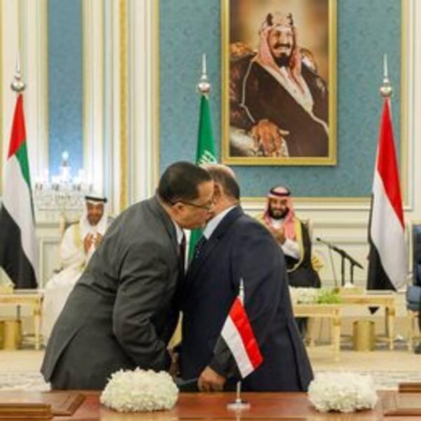 Representanter för STC och den jemenitiska regeringen hälsar på varandra inför signeringen av fredsavtalet i november.