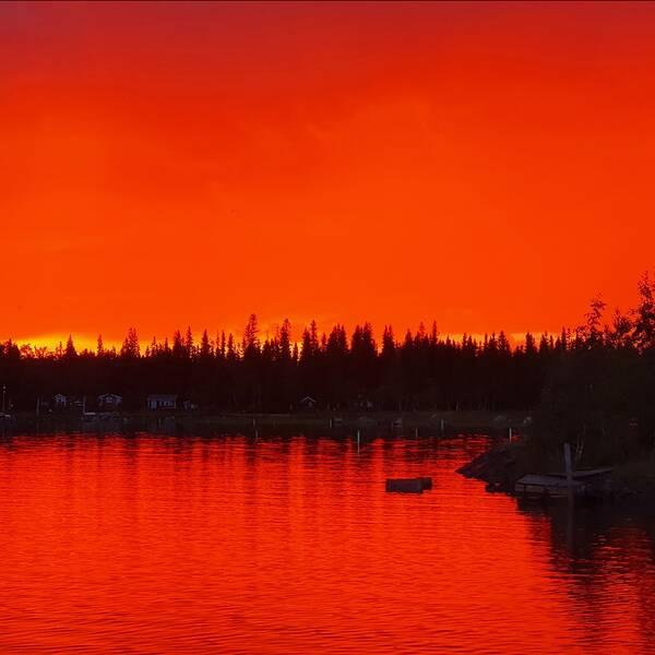 Ett kraftigt regnväder med mörka moln drog förbi och det klarnade upp i solnedgången. Det blev en färgsprakande föreställning. Småskären i Luleå skärgård Norrbotten.