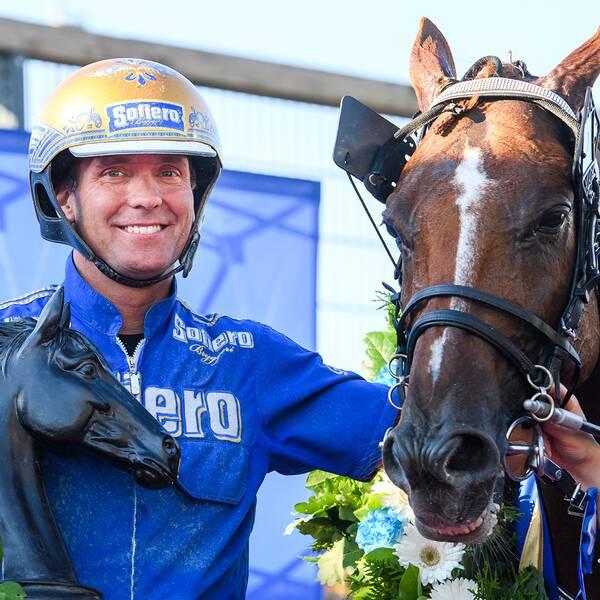 Björn Goop med hästen Moni Viking jublar under Åby Stora Pris.