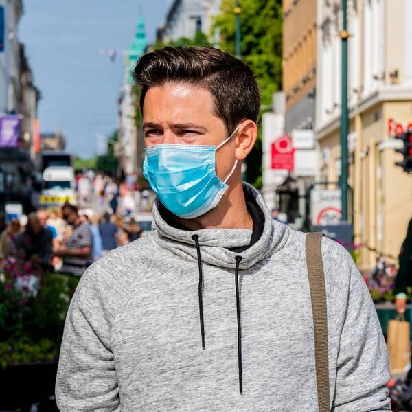 Man med munskydd i Oslo. Norrmännen väntas i dag få rekommendationen att bära munskydd där det är svårt att hålla minst en meters avstånd.