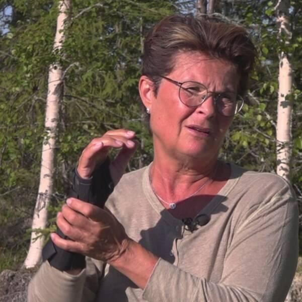 Anitha Strömberg står utomhus och visar med sina händer hur hundattacken till gick till. I en annan bild, till höger, visar hon upp en sårskadad arm efter hundattacken.