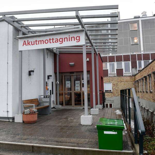 Entrén till Enköpings lasarett. Till höger en prideflagga.