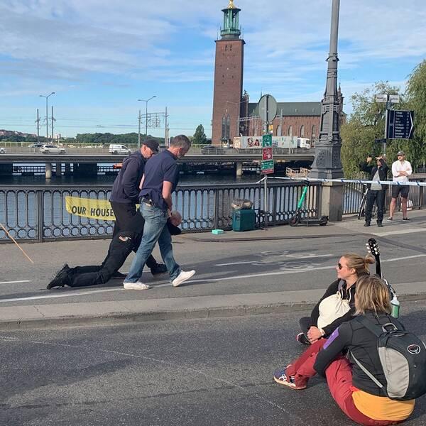 Polisen bär bort en aktivist i centrala Stockholm