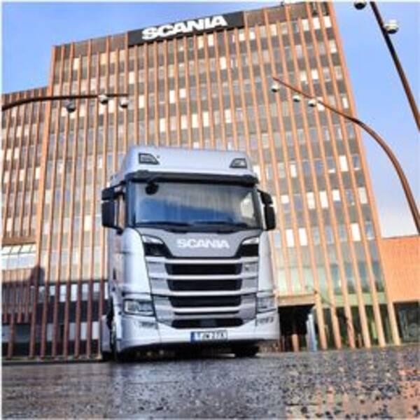 Vänster: Scania-lastbil utanför Scania  Höger: Karin Hallstan, pressansvarig på Scania