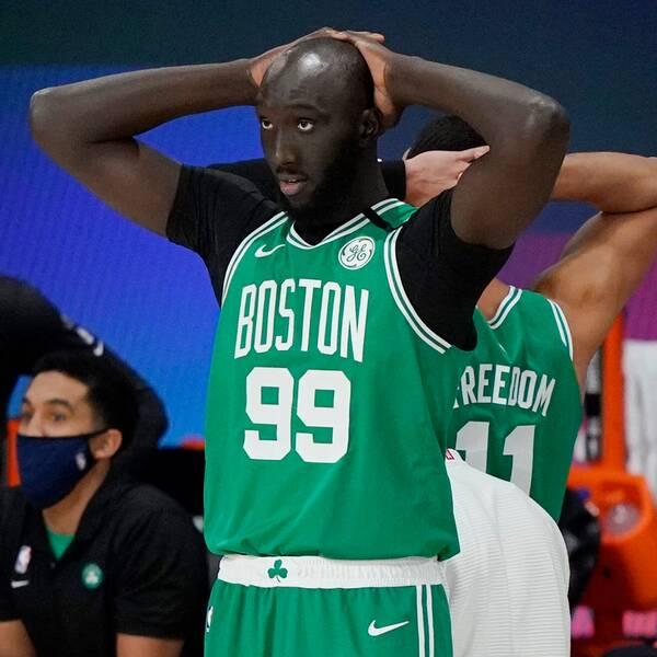 Bostons bjässe Tacko Fall (höger) tror inte sina ögon efter att Toronto avgjort med matchens sista skott.