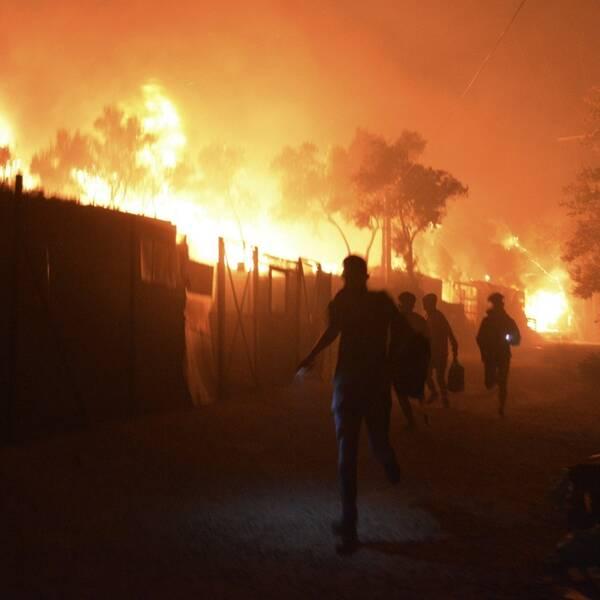 Flyktingar springer från det brinnande flyktinglägret Moria, på den grekiska ön Lesbos.