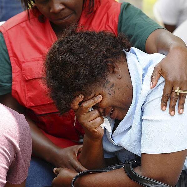 Anhöriga till offer i skolmassakern tas om hand av sjukvårdare i Nairobi.