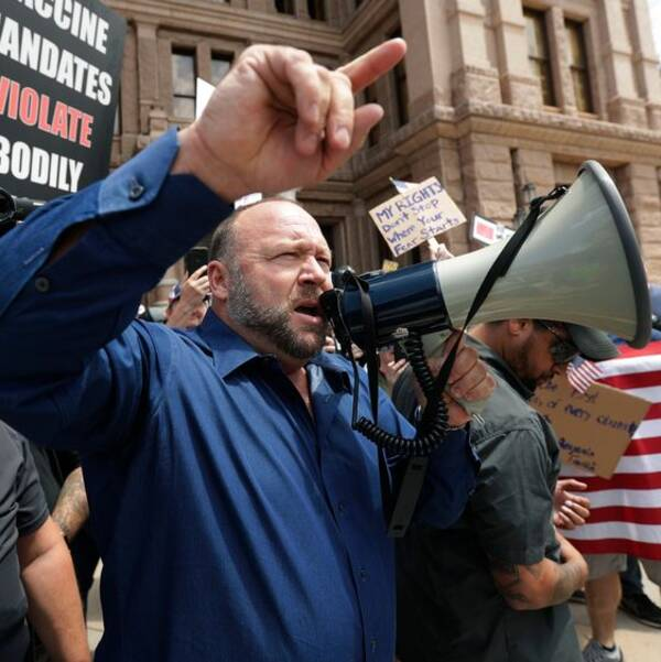 Alex Jones med en megafon under en demonstration i Texas, USA.