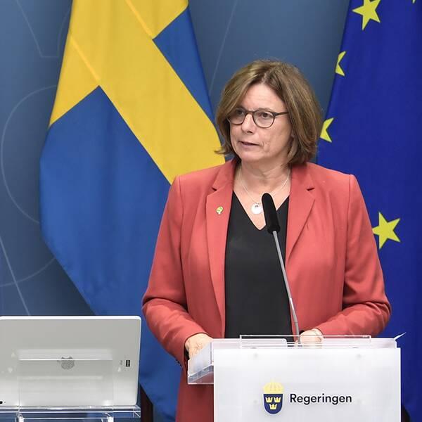 Finansmarknads- och bostadsminister Per Bolund och miljö- och klimatminister samt vice statsminister Isabella Lövin presenterar nya budgetåtgärder på klimat- och miljöområdet under en pressträff i Rosenbad.