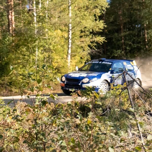 delad bild: en ung man i rallykläder, och en bil som åker i skogen