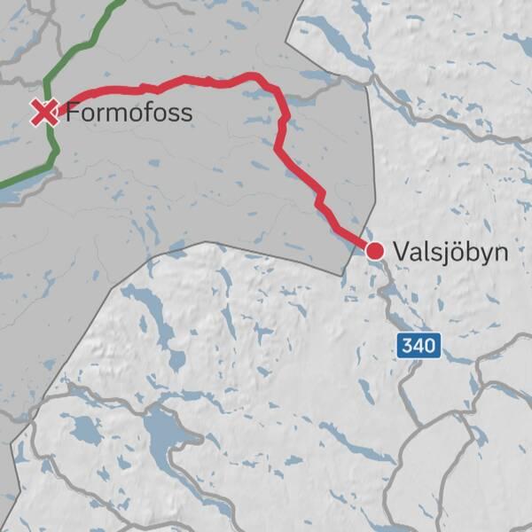 Karta över en del av nordvästra Jämtland och östliga Tröndelag i Norge med en rödmarkerad sträcka somgår från Valsjöbyn till Formofoss.