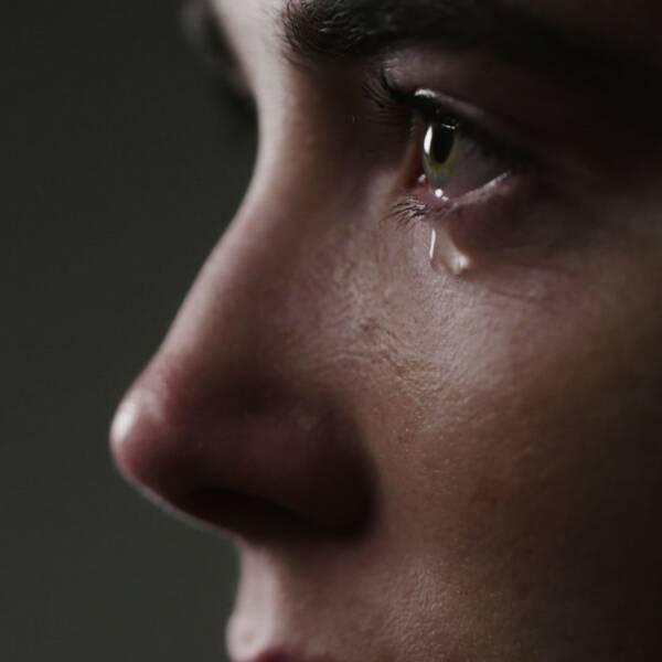 Våld i nära relationer är ett av de vanligaste brotten kvinnor utsätts för i Sverige. I dokumentärserien En våldsam kärlek får vi höra berättelser från några av dessa kvinnor. Varför är skulden och skammen så stor? I den här serien framförs historierna via skådespelare.