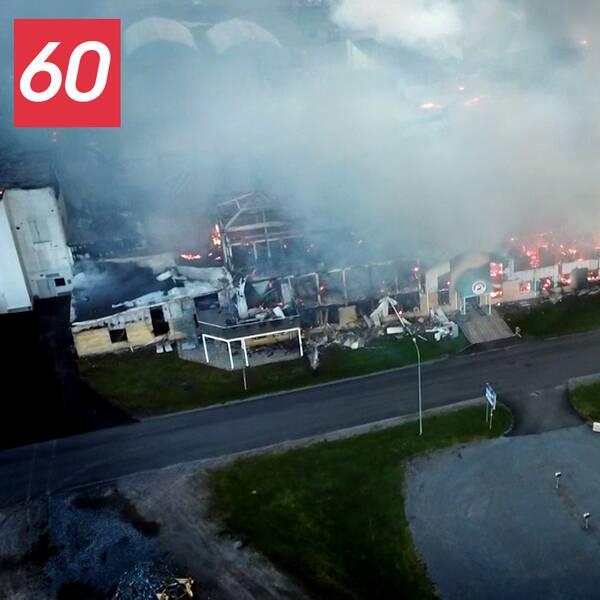 En flygbild över en stor byggnad som brinner.