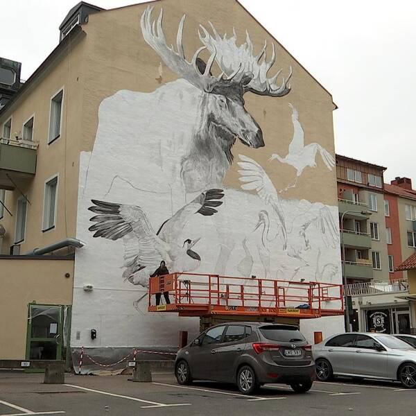 Älgmålning växer fram i centrala Linköping