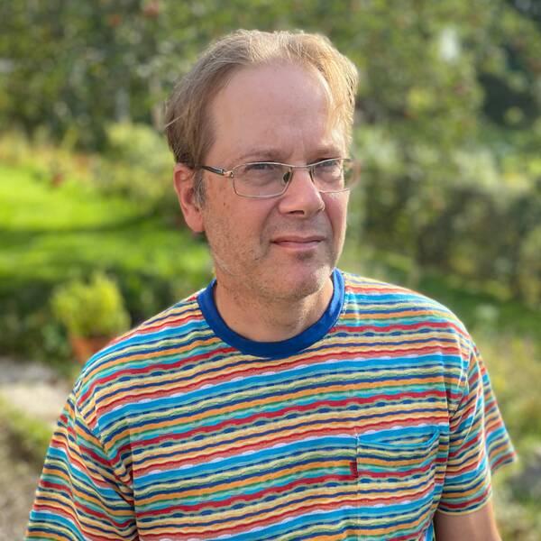Martin Danielsson vars dotter har en funktionsnedsättning står i sin trädgård.
