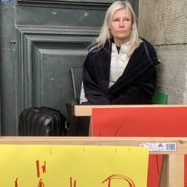 Charlotte Åkerlind står vid domkyrkan med sitt bohag i en hungerstrej för att få till en träff med Kalmars kommunalråd.