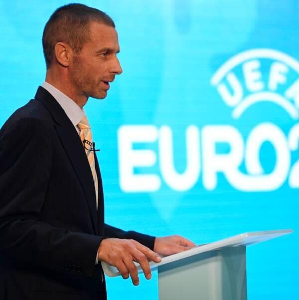 Uefa-basen Aleksander Ceferin vid ett podium.