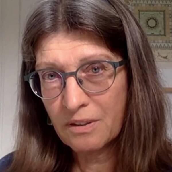 Susanne Lundin, etnolog vid Lunds universitet, och ansiktsmask.