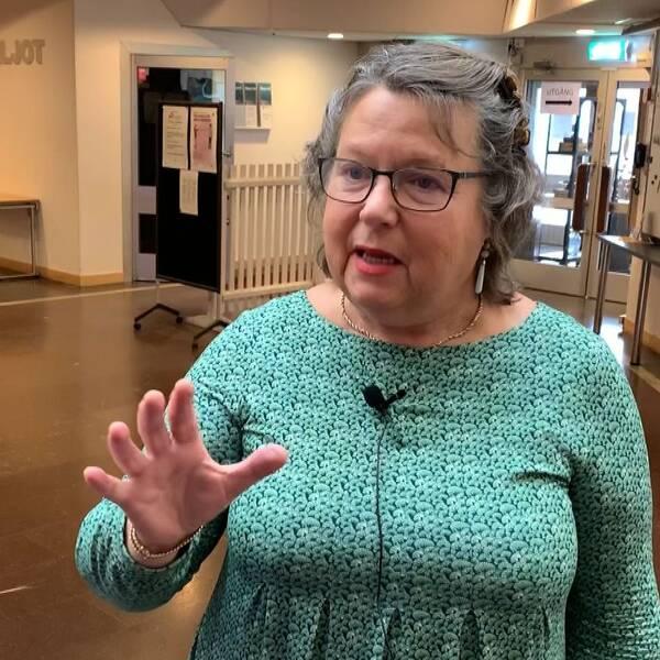 Bild på centerpolitikern Eva Hellstrand. Hon är klädd i grön klänning och har glasögon.
