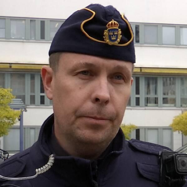 Närbild på softairgun i någons händer. Närbild på polisen Pär Nylén, gruppchef vid områdesgruppen Vivalla i Örebro