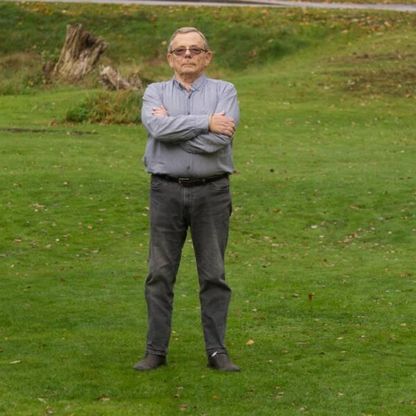 Gert Persmark står bestämt med händerna i kors på en gräsmatta i Diö utanför Älmhult.