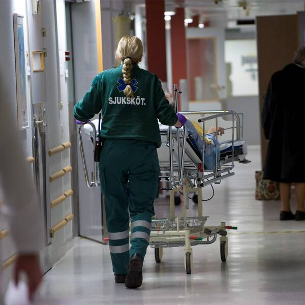 Ambulanspersonal. Till höger Kommunals ordförande Tobias Baudin