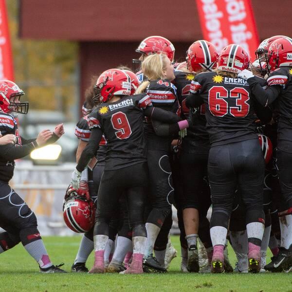 Carlstad Crusaders firar segern i SM-finalen.