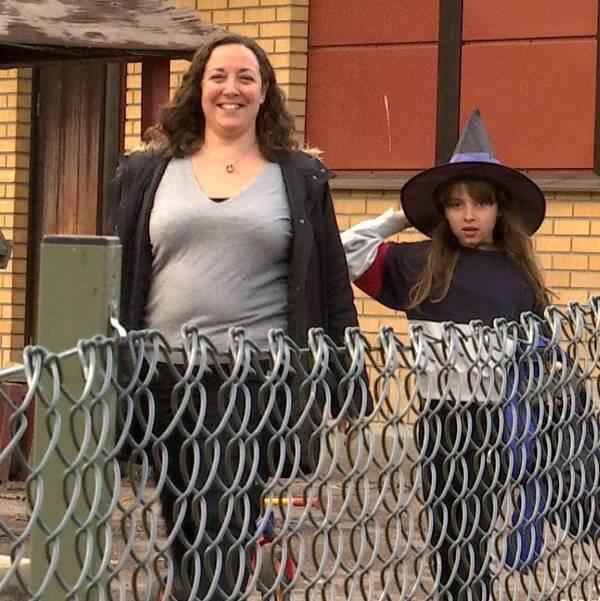 Marina Sernbring och Molly Sernbring, halloweenmask