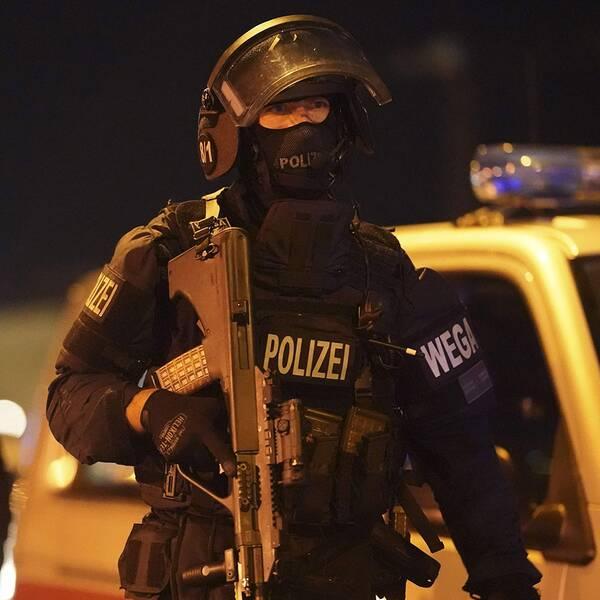 Ett stort polispådrag skickades till centrala Wien efter skottlossningen.
