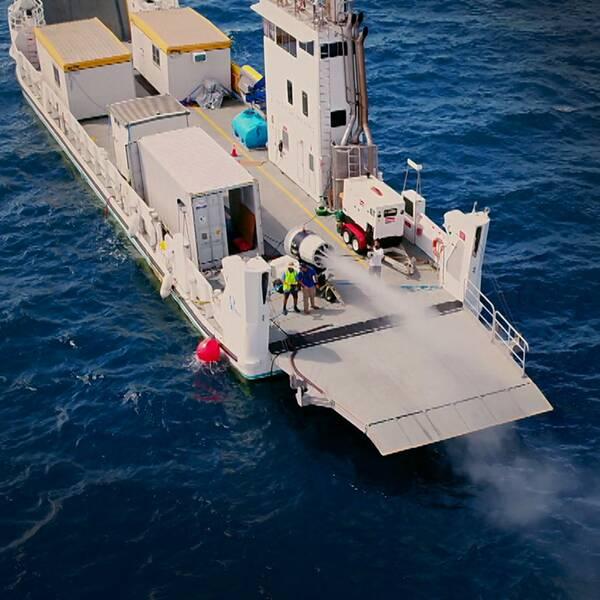 En bild på amerikanska klimatforskaren Sarah Doherty och en bild på ett fartyg vid Stora barriärrevet i Australien där forskarna pumpar ut partiklar med havssalt som ska göra molnen mer reflektiva så att värmen från solen studsar tillbaka ut i atmosfären.