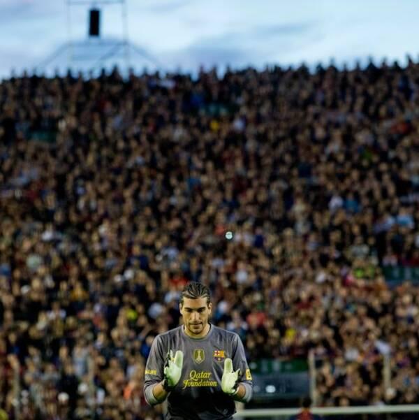 Fotbollspublik bakom en målvakt.