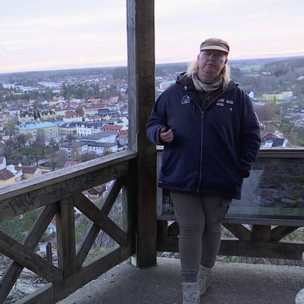 Boel Holgersson och Åsa Dahlin står lutade mot räcket vid utkikstornet högst uppe på Ramunderberget i Söderköping.
