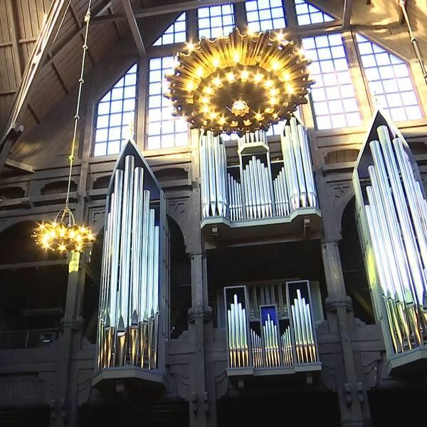 Bild över hur det ser ut inuti Kiruna kyrka, med orgelpipor och ljuskronor