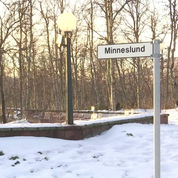 Minneslund och begravningsplats under vintern i Kiruna nära kyrkan.
