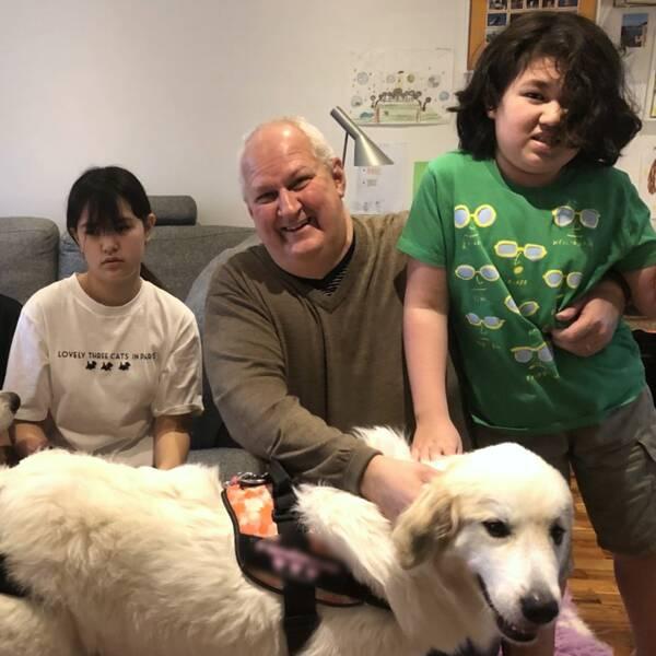 Familjen Neldefors består av mamman Satoko, dottern Saga-Ai, pappan Ulf, sonen Birk-Shun och deras två hundar.