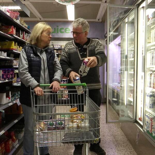 Agnetha Andersson som är blind, får hjälp att veckohandla av volontären Nicholas Morton. På bilden står de vid mjölkdisken.
