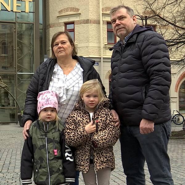 Bettiina Storås och Micael Westling med barnbarnen Idde och Gry utanför Kulturmagasinet i Sundsvall