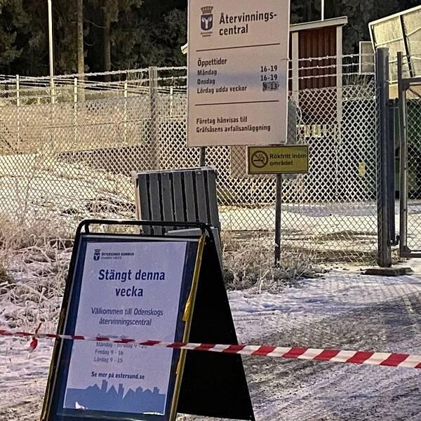 Bild på återvinningcentralen i Lit. Stängt denna vecka står det på en skylt.