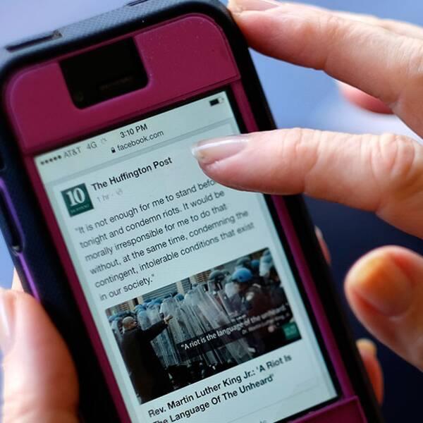 """I dag tar det tid att ladda artiklar som delas på Facebook. Det ska en ny tjänst råda bot på, enligt Facebook. """"Publicisterna hamnar väldigt mycket i händerna på Facebook. Det kan bli ett problem"""", säger kommunikationsstrategen Annika Lidne."""