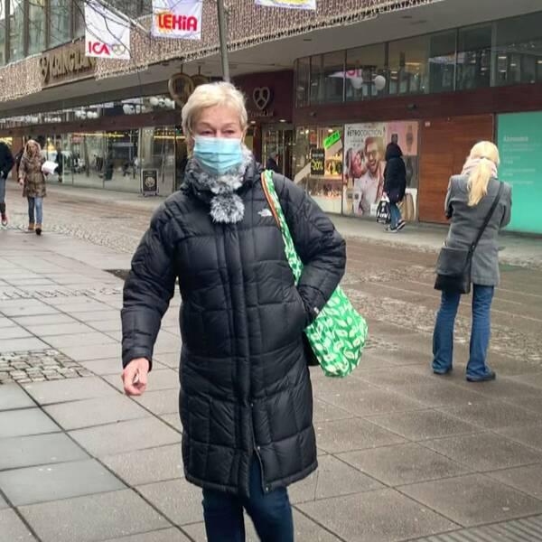 Södertäljebon Ulla Bigren står med munskydd på gågatan