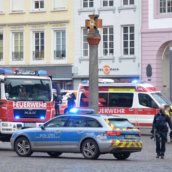 Poliser bevakar gatan i Trier där en bil körde in i en folkmassa