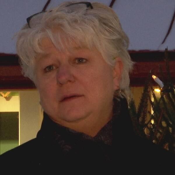 Dubbelbild. Till vänster en hand som håller ett ljusblått munskydd. Till höger en gråhårig kvinna med glasögon på huvudet.