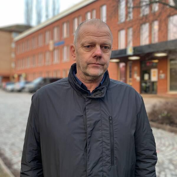en polisman och tända ljus vid en mordplats i Borlänge
