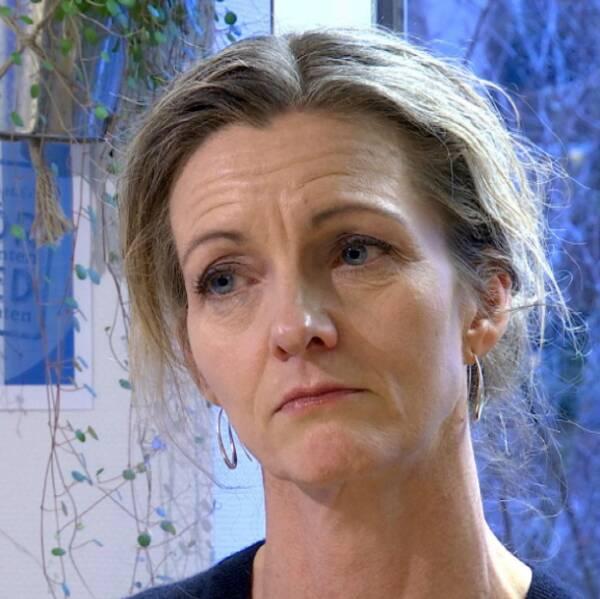 En kvinna står på en svart våg. Bredvid en bild på kvinna med blont hår och runda öronhängen.