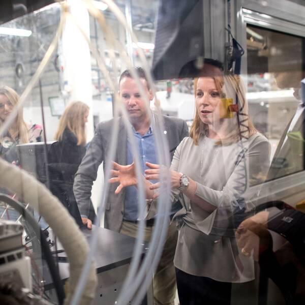 Centerledaren Annie Lööf under ett besök på ett företag i Göteborg. På bilden syns även partiets ekonomisk-politiske talesperson Rickard Nordin.