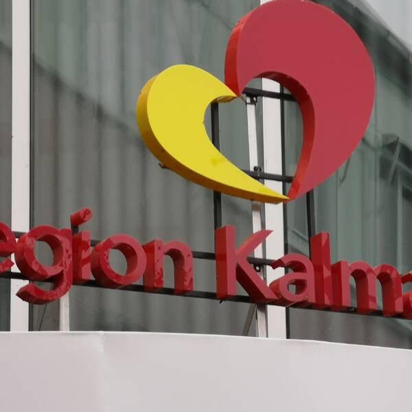 En bild på region Kalmars logotyp utanför regionhuset i Kalmar
